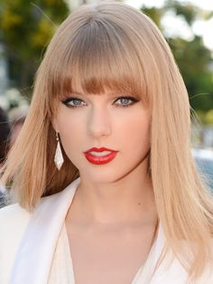 29 Times Taylor Swift Had the Same 5 Hairstyles Taylor Swift tends to change up her. 29 Times Taylor Swift Had the Same 5 Hairstyles Taylor Swift Hot, Taylor Swift Red Lipstick, Style Taylor Swift, Red Taylor, All About Taylor Swift, Peinados Pin Up, Teen Vogue, Taylor Swift Pictures, Fringes