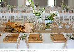 cutting board placemat.  rustic bread.  rosemary + simple ribbon.  unfussy, fresh from the garden flowers.  EASY backyard table.