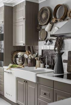 Dream Kitchen: Little Ikea Kitchen is filled with stylish DIY ideas in country style - Diymobel Grey Interior Design, Interior House Colors, Kitchen Interior, Interior Design Living Room, Ikea Kitchen, Kitchen Dining, Kleiner Pool Design, Shabby Chic Kitchen Decor, Grey Kitchens