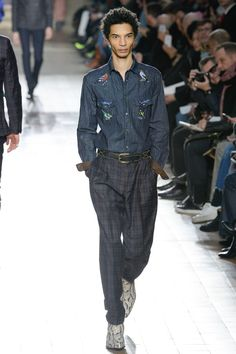See the complete Paul Smith Fall 2017 Menswear collection.