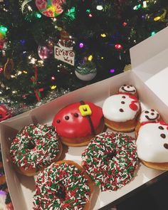 donuts by christmas ☃️💗😍 .delicious donuts by christmas ☃️💗😍 . Cracker Toffee (aka Christmas Crack) is so easy to make and highly addictive! Saltine crackers are coated in a quick toffee layer and topped with chocolate and nuts. Christmas Time Is Here, Christmas Mood, Noel Christmas, Merry Little Christmas, Christmas Treats, Christmas 2019, All Things Christmas, Christmas Donuts, Christmas Tumblr