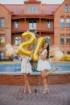 Arizona state university senior pictures graduation pics ideas with balloons and bestfriends Graduation Attire, Graduation Cap And Gown, College Graduation Pictures, Grad Pictures, Graduation Picture Poses, Graduation Photoshoot, Grad Pics, Prom Poses, Senior Girl Poses
