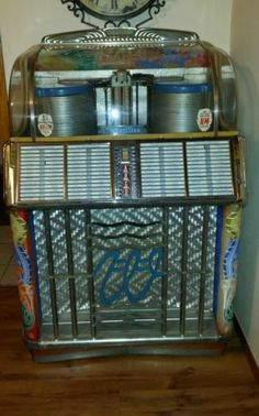 1953 Wurlitzer 1550 Double Stack Jukebox. Ooit had ik er eentje ter restauratie, maar vergt te veel tijd en te veel werk. Jammer, kapitaal waard. Once I had one for restoration, but it takes to much time and work. Its a pity, now its worth a fortune!