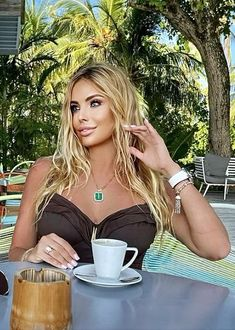 Pause Café, Sweet Coffee, Coffee Culture, Coffee Girl, Makeup For Green Eyes, Coffee Break, Sensual, Gorgeous Women, Color Splash