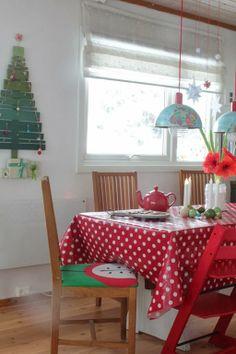 Hjemmelaget julekalender. Papirstjerner over bordet. Globuslampe.