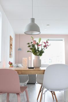 Inspiration and ideas for a fresh start to the new year with a Scandinavian romantic interior and living room with lots of white, gray and pink tones. Modern Home Interior Design, Interior Exterior, Interior Styling, Scandinavian Living, Scandinavian Interior, Romantic Home Decor, Pink Walls, Home And Living, Living Room