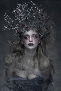 Fantasy headdress for the dark druid Foto Fantasy, Dark Fantasy, Fantasy Art, Fantasy Photography, Fine Art Photography, Portrait Photography, Avant Garde Hair, Dark Beauty Magazine, Halloween Zombie