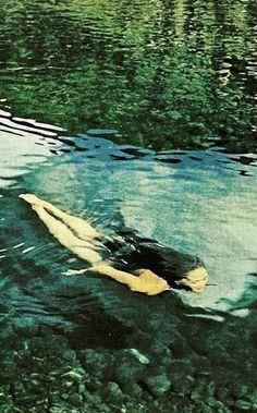 Jeune femme qui nage