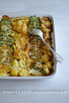 Zucchini and potato gratin - Anne Cerrito - - Gratin de courgettes et de pommes de terre A recipe of zucchini gratin and potatoes with a hint of crème fraîche for a little cool summer evenings - Vegetable Recipes, Vegetarian Recipes, Cooking Recipes, Healthy Recipes, Potato Gratin Recipe, Polenta Recipes, Good Food, Yummy Food, Salty Foods