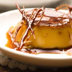 Low calorie Pumpkin Flan Buck tradition this Thanksgiving and forgo standard pumpkin pie. Instead, whip up a smooth, spicy and low-calorie flan. Creme Caramel, Flan Au Caramel, Caramel Custard Recipe, Custard Recipes, Caramel Recipes, Custard Ingredients, Custard Pudding, Cuban Desserts, Köstliche Desserts