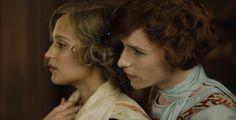 """Trailer zu """"The Danish Girl"""" - Regisseur Tom Hooper inszenierte diese Geschichte über Mut und Liebe mit Eddie Redmayne und Alicia Vikander. """"The Danish Girl"""" kommt am 7. Januar ins Kino."""