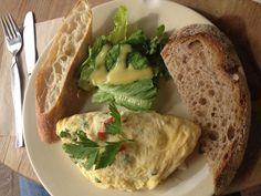 Huevos con esparragos y queso de cabra