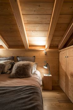 Startseite: Lombard Vasina - Mountain Home Decor Roof Design, House Design, Interior Exterior, Interior Design, Designer Bed Sheets, Chalet Design, Mountain Decor, Attic Bedrooms, Bed Linen Design