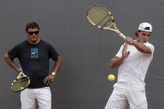 MD38. MADRID, 09/05/09.- El tenista español, Rafael Nadal (d), junto a su tio y entrenador, Toni Nadal (i), durante el entrenamiento que ha realizado hoy en las instalaciones de la Caja Mágica para el torneo Madrid Masters 1000. EFE/Emilio Naranjo