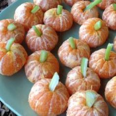 A healthy snack for children, whether for Halloween, for children's birthday or as a … - Snack Mix Recipes Halloween Snacks, Halloween Dinner, Halloween Kids, Halloween Pumpkins, Mini Pumpkins, Deco Haloween, Snack Mix Recipes, School Treats, Baby In Pumpkin