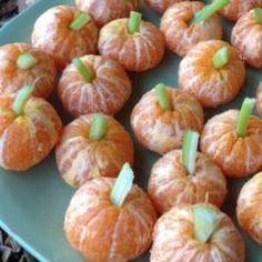 Ein gesunder Snack für Kinder, ob für Halloween, zum Kindergeburtstag oder als kleine Zwischenmahlzeit. Die Anleitung finden Sie hier http://de.allrecipes.com/rezept/15634/mandarinen-k-rbisse.aspx Kindergeburtstag Essen