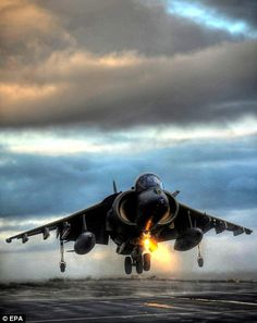 Last hurrah for the Harrier: Jump jets take to the skies for their final farewell The unusual vertical take-off and landing abilities enabled Harrier and Sea… Airplane Fighter, Fighter Aircraft, Military Jets, Military Aircraft, Air Fighter, Fighter Jets, Carros Bmw, Photo Avion, Jet Skies