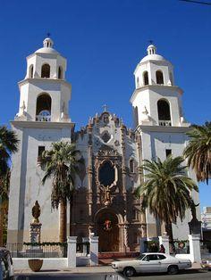 """Cathedral Downtown Tucson, Arizona,La mission espagnole San Xavier del Bac fut fondée en 1692 par les Jésuites. Située sur la réserve indienne des Tohonos O'odham, elle est considérée comme l'une des plus belles des Etats-Unis et est surnommée """"la Colombe blanche""""."""