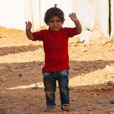 Instagram media by kyo1122 - 카메라를 총으로착각해 공포에떨며 울고있는 시리아 소녀... (Syrian girl trembling thinking that the camera is a gun...)