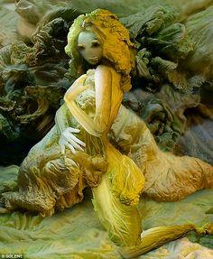 Маэстро капустных инсталляций. Вегетарианское творчество Ju Duoqi Она сделала для себя открытие: овощи различных цветов сами по себе являются богатым источником не только витаминов, но и вдохновения, а жарка, варка, сушка и засолка помогают добиться нужных цветов и оттенков цвета. Так Ju Duoqi поняла, что больше не нуждается в моделях для своих произведений, ведь овощи могут легко участвовать в них не только в качестве моделей, но и вместо реквизита. С тех пор она работает исключительно в…