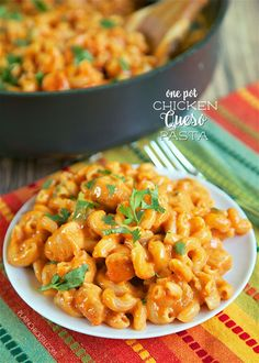 One Pot Chicken Queso Pasta – everything cooks in the same pan, even the pasta! Only 6 ingredients! One Pot Chicken, How To Cook Chicken, One Pot Meals, Main Meals, Pasta Dishes, Food Dishes, Main Dishes, Side Dishes, Chicken Pasta Recipes