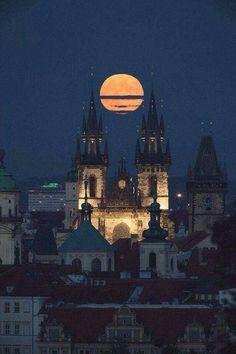Luna llena sobre #Praga#.