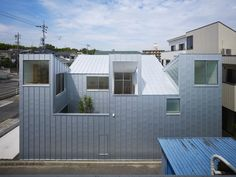 This house in Nagoya by Japanese architect Tomohiro Hata has five roofs that pitch in opposing directions. Japan Architecture, Sustainable Architecture, Residential Architecture, Contemporary Architecture, Pavilion Architecture, Nagoya, Small Modern Home, Japanese House, Architect Design