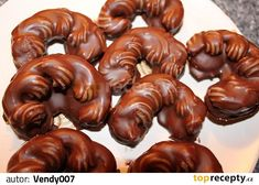 Vejce s cukrem šleháme do pěny. Přidáme ořechy. Cukrářským sáčkem nastříkáme těsto ve tvaru rohlíčků na vymazaný plech. Pečeme v mírné...