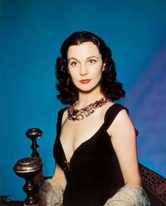 A rare color photo of Vivien Leigh showing her famous beguiling beauty. Glamour Hollywoodien, Old Hollywood Glamour, Vintage Glamour, Vintage Beauty, Classic Hollywood, British Actresses, Hollywood Actresses, Actors & Actresses, Hollywood Icons