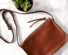 @featherandarrow knows how to #totewell with the simple crossbody
