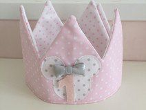 Corona Minnie Rosa Minnie mouse, coronas aniversario, cumple, peques, birthday, fiestas infantiles, disfraces Baby Crafts, Crafts To Do, Fabric Crown, Crown For Kids, How To Make Bows, Projects For Kids, Crowns, Christmas Wreaths, Lily