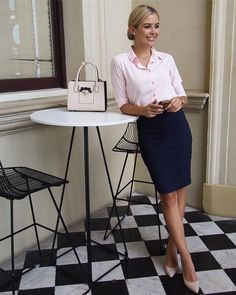 Here's the manner by which to wear corporate attire for women with 20 outfit ideas. Business attire is a formal dress code for some corporate occasions. Corporate Chic, Corporate Wear, Corporate Fashion Office Chic, Corporate Attire Women, Corporate Outfits, Corporate Interiors, Office Looks, Look Office, Summer Business Attire