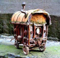 Une caravane traditionnelle pour les voyages wee folk composé de tous les matériaux naturels tels que merisier et érable sycomore branches roues et écorce de bardage, champignon étagère du conducteur et le gland. Fenêtres et entrées sont entourées par des détails décoratifs de brindilles bouclés, coques buckeye, glands et des gousses. Corps de caravane est environ 8 de haut x 6 de large x 10 de long, avec cadre de harnais de cheval se prolongeant un autre 6 vers l'extérieur de l'avant. Votre…
