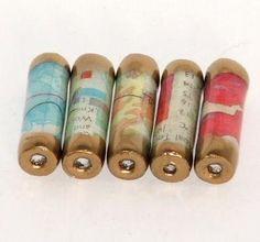 gold embossed paper beadsMateriales: papel, pintura acrílica, UTEE, polvo de grabación en relieve