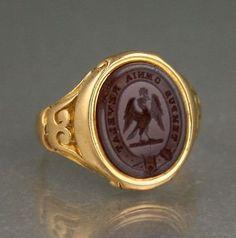 ANTIQUE 18CT GOLD SIGNET SEAL RING CARNELIAN INTAGLIO OF CREST & MOTTO c 1840's