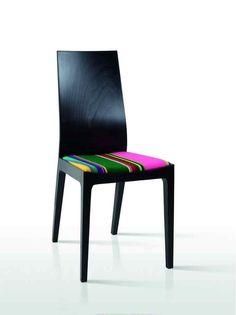 Nowoczesne krzesło zyskuje folkowy sznyt dzięki siedzisku tapicerowanemu ludowym pasiakiem. Krzesło Wenus, FOLKSTAR - 595 zł