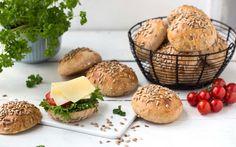 Kesam® gjør at rundstykkene holder seg saftige lenger og smuldrer mindre. 1 porsjon holder til ca. 20 rundstykker. Kefir, Nom Nom, Tin, Muffin, Food And Drink, Baking, Breakfast, Recipes, Crafts