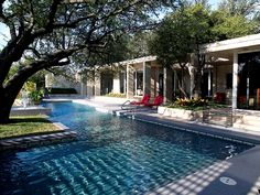 Apply our surfaces protector Faceal Oleo HD on Concrete masonry around your pool.  Photo: Designers Share Their Secrets: How to Create a Gorgeous Outdoor Space