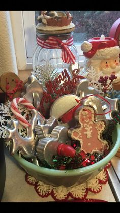 Awesome Country Christmas Decoration Ideas - A lot of country themed home are most likely to go for country Christmas decorations. Of course, country Christmas decorations will certainly complete. Gingerbread Christmas Decor, Country Christmas Decorations, Christmas Centerpieces, Primitive Christmas Decorating, Country Christmas Crafts, Old Fashioned Christmas Decorations, Primitive Fall, Primitive Snowmen, Gingerbread Men