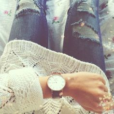 The oversized sweater, big gold watch, and ripped jeans.... LOVE!