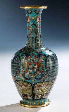 Höhe: 12,6 cm. China, 18. Jahrhundert. Über rundem Standring konischer Fuß. Ovoider Korpus mit schlankem, hohem Hals und auslaufender Mündung. Über...