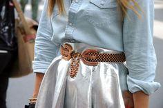 Camisa vaquera, falda y cinturón metalizado