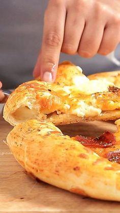 Aprenda a preparar de forma simples e descomplicada essa incrível pizza com borda de catupiry.