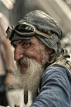 Seeing this picture kind of reminds me of the old man in The Little Prince, on Netflix. I like the angle that the photographer decided to take this portrait at. You can clearly see the joy on the subjects face. Foto Portrait, Portrait Photography, Amazing Photography, Old Man Portrait, Men Photography, Old Faces, Poses, Interesting Faces, Photo Reference