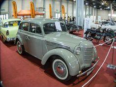 Moskwitsch 401 aufgenommen auf dem Auto Motor und Tuning Show, März 2014