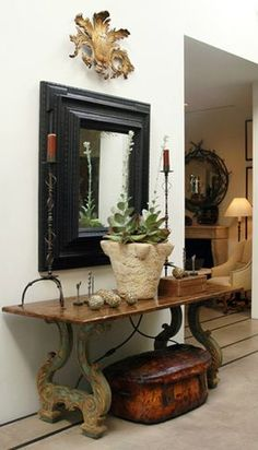 Haus Design: A Few Beautiful Vignettes If you are selling a furnished home, make sure to have an inviting and eclectic look in the foyer. Buyers will have a positive impression from the second they enter. Design Entrée, Design Blogs, Decoration Entree, Style Deco, Interior Decorating, Interior Design, Interior Ideas, Cool Ideas, Vignettes