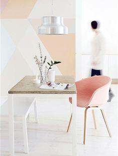 De basis van een nude interieur zijn de tinten wit, grijs en beige. Door hier zacht roze, licht oranje en blush-achtige kleuren aan toe te voegen, ben je al een heel eind.