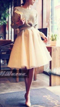J'adore l'inspiration ballerine (incarnation de la grâce féminine) avec le jupon en tulle, mais en version cocoon avec un petit pull en maille tout doux.