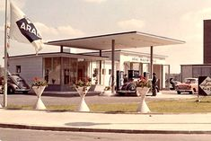 Gas station in the - Vintage and Retro Cars Beautiful Roads, Old Gas Stations, Vintage Architecture, Retro Cars, Retro Futurism, Life Photo, Modern Gardens, 1950s, Garage