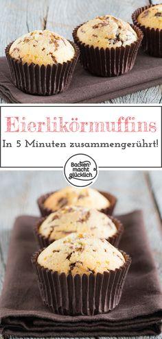Einfaches und extrem schnelles Rezept für Eierlikörmuffins. Die köstlichen Eierlikörmuffins mit Schokostreuseln und Öl werden richtig schön saftig! Die Eierlikör-Muffins sind in nur 5 Minuten zusammen gerührt! #eierlikoermuffins #muffins #schokolade #schnell #backenmachtgluecklich